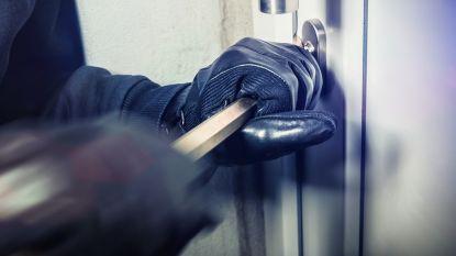 Inbrekers breken raam open om beperkte geldsom te stelen