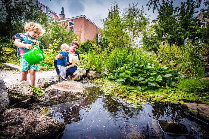 Roos Jooren komt wekelijks met haar kinderen Misha (1,5) en Boris (4) in Stadstuin Emma's Hof in Den Haag.