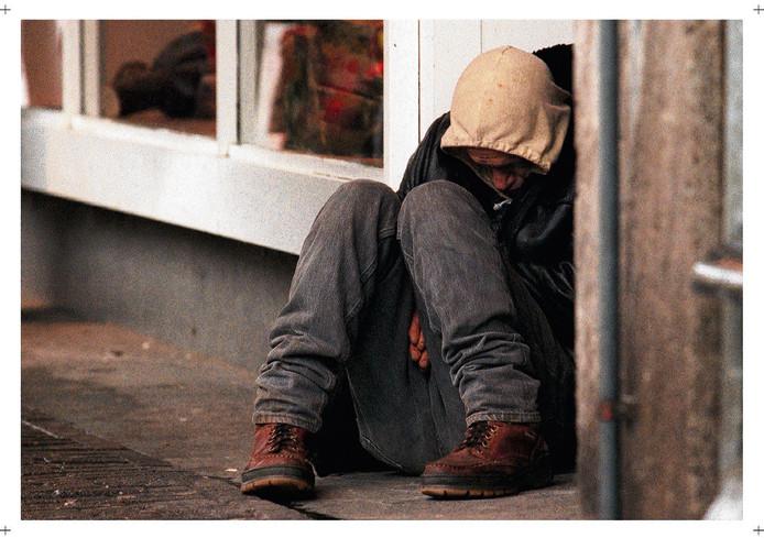 Een zwerver probeert te slapen op straat. (Archieffoto ANP)