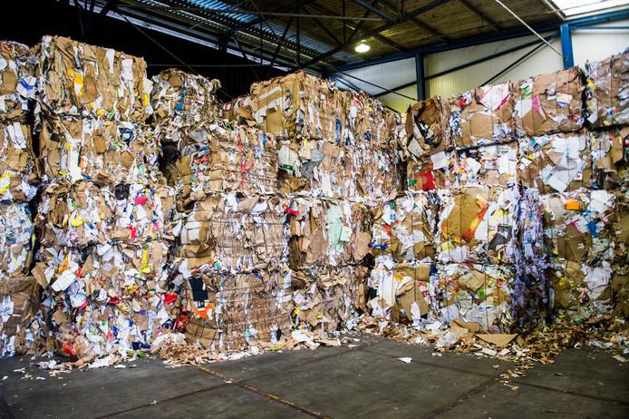 Papierafval bij De Hoop Mill in Eerbeek. Het bedrijf gaat nu ook papieren koffiebekertjes recyclen.