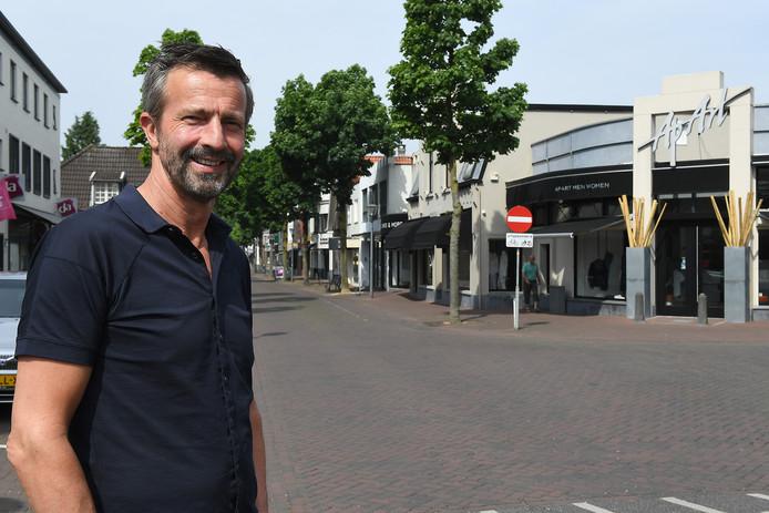 René Fransen, voorjaar 2017, voor zijn modezaak in de Cuijkse Molenstraat.
