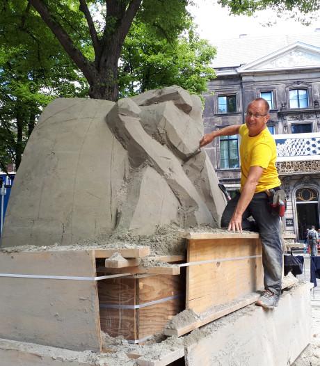 Drie hompen grof zand worden omgetoverd in kunstobjecten