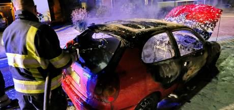 Auto in Eersel brandt volledig uit