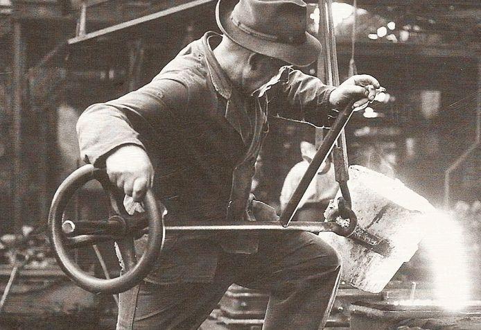 Toon de Wit, werknemer van IJzergieterij Vulcanus in Langerak, is aan het gieten. Omstreeks 1955.