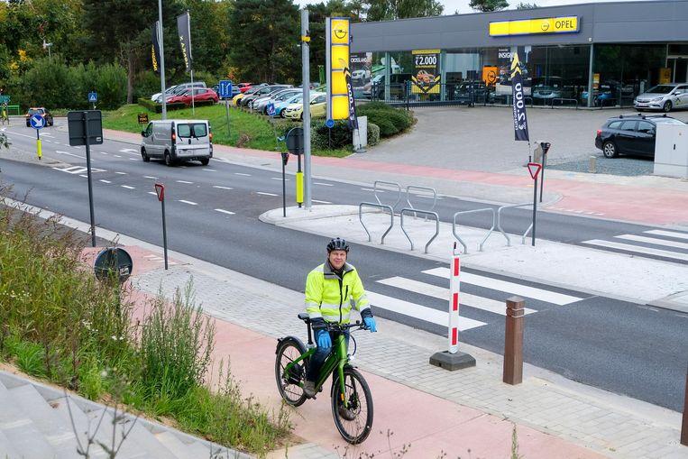 Sven Willekens (Open Vld) verkent het nieuwe fietspad aan de Terhulpensesteenweg.