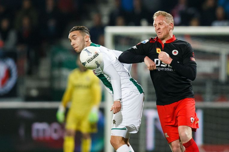Mimoun Mahi van Groningen links en Henrico Drost. Beeld photo_news