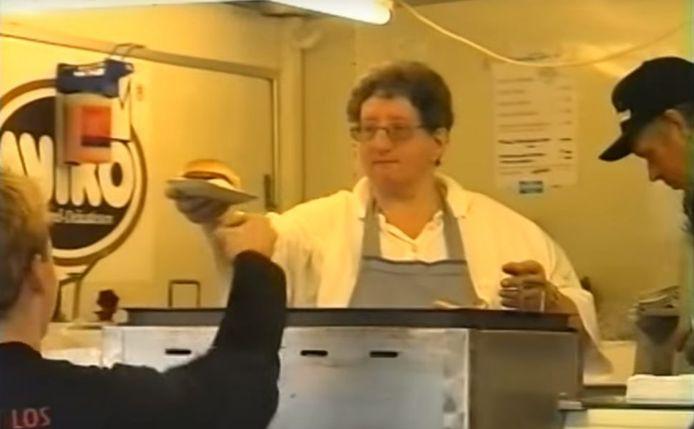 Tante Rikie serveert een broodje aan een hongerige bezoeker van de eerste Zwarte Cross, in 1997 in Hummelo.