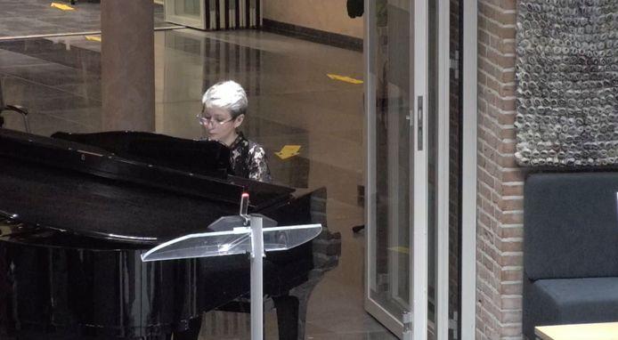 Diana Pivak van Phoenix Cultuur geeft een pianoconcert aan de raadsleden vanwege het vijfjarig bestaan van de cultuurinstelling.