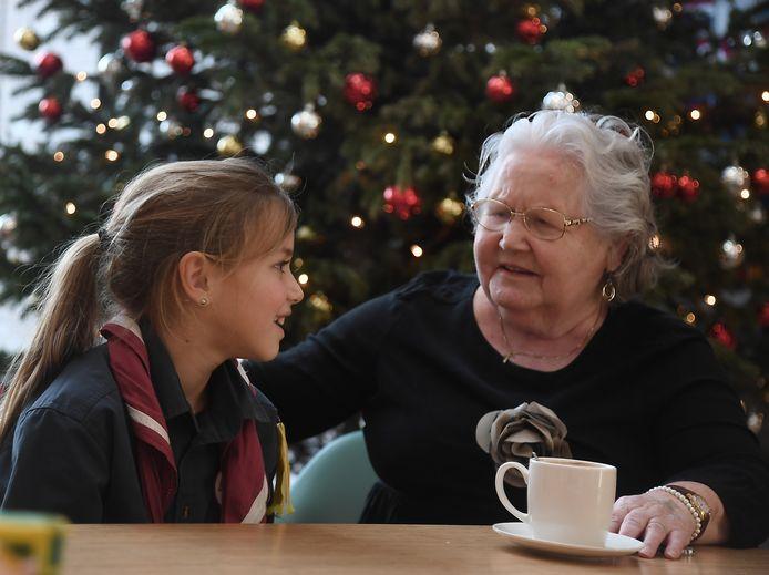 Sophie Kroes en Gerda Ie in een geanimeerd gesprek.