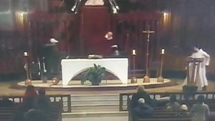 De aanval op de priester werd tijdens een livestream op televisie en internet vastgelegd. De beelden werden na het incident snel offline gehaald.