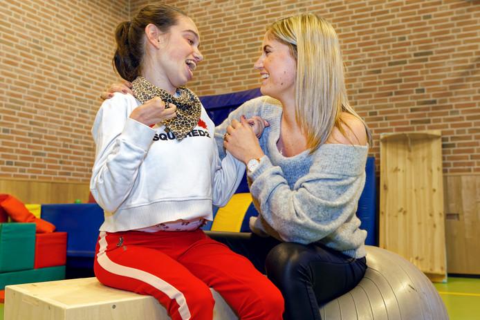 Handbalster Carlijn Mulder (r) werkt bij stichting Sosijn met kinderen met een meervoudige beperking.