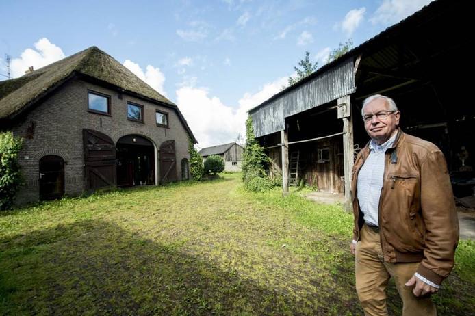 Carel Braakman, projectcoördinator van Tuinen van Zuidbroek, bij de boerderij. Foto Kevin Hagens