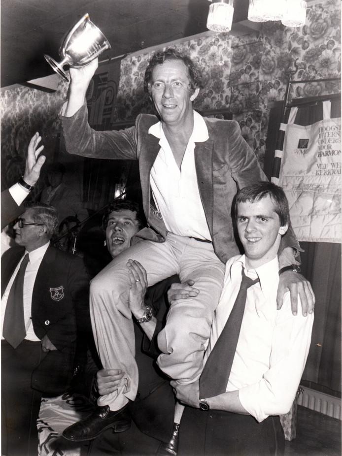 In juli 1978 stond Beek en Donk op zijn kop. Groot feest, want de Koninklijke Harmonie Oefening & Uitspanning was in Kerkrade wereldkampioen geworden. Dirigent Heinz Friesen ging op de schouders en toonde de beker aan de feestende massa.