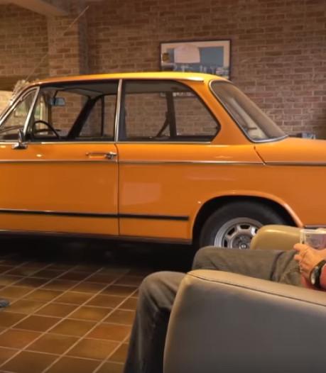 Echtpaar zet elke avond de auto in de woonkamer: 'Als er niks op tv is, kijk ik naar mijn auto'