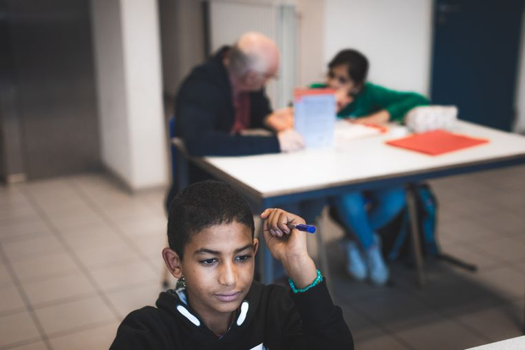 Abel (12) maakt zijn huiswerk alleen na school, andere kinderen worden begeleid door vrijwilligers.