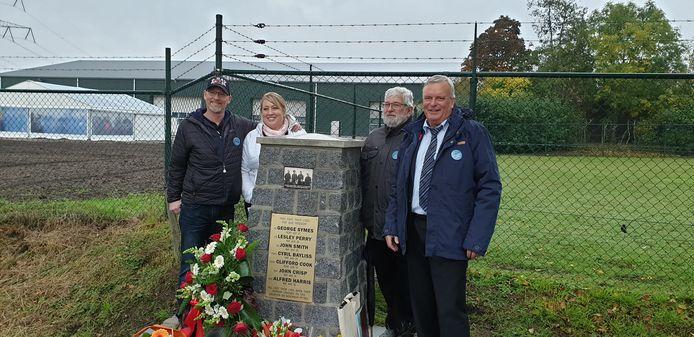 Peter van den Eijnden (rechts) met onder andere Ben Goossens die onderzoek heeft gedaan naar het vliegtuigongeluk. Links Brad Gibson en zijn vrouw Deana, wiens opa de broer was van een van de omgekomen Canadezen.