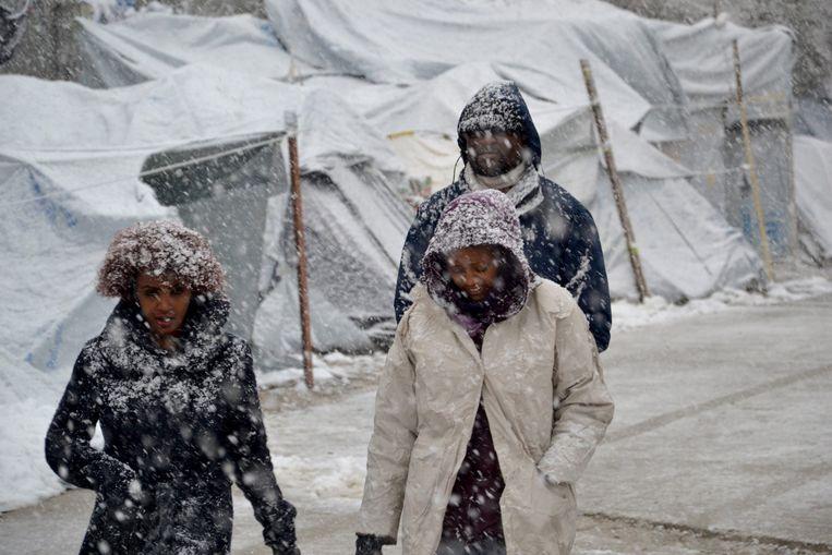 Vluchtelingen in de sneeuw in het Moria-kamp op het Griekse eiland Lesbos.