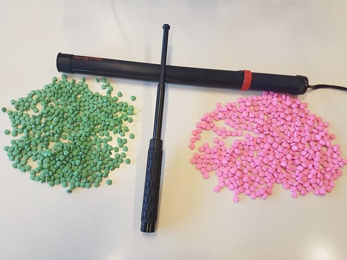 De buit: honderden pillen en wapens.