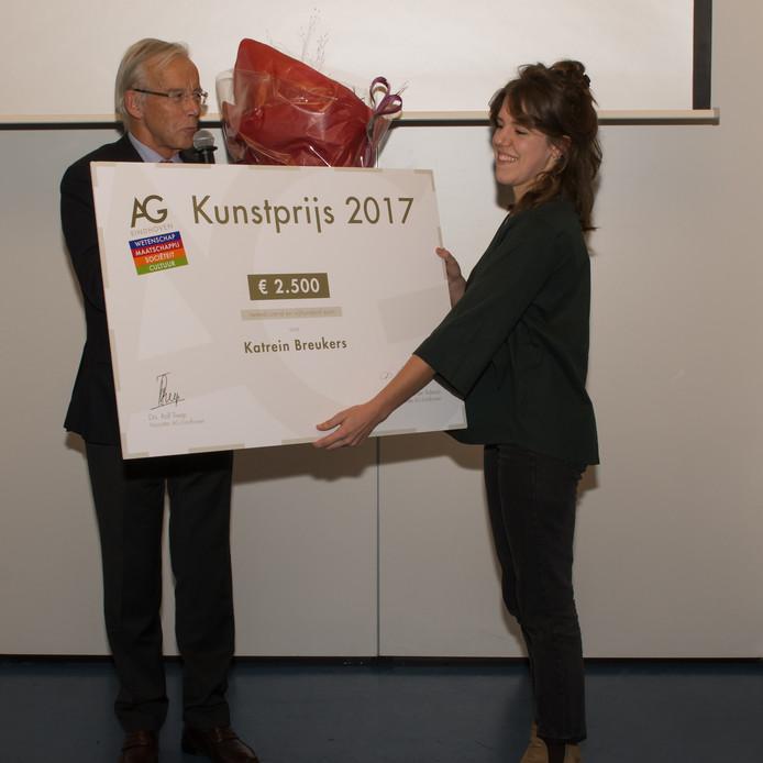 Katrein Breukers, winnares van de AG-Kunstprijs 2017, krijgt de prijs uit handen van voorzitter Rolf Treep.