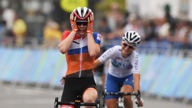 Anna van der Breggen komt over de finish. Beeld anp