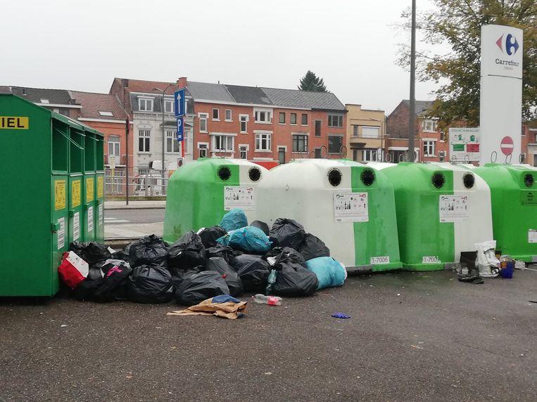 De stad wil op heel wat plaatsen de glascontainers ondergronds brengen om dit soort toestanden tegen te gaan.
