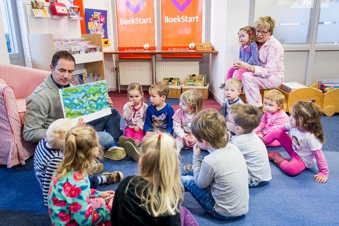 In de bibliotheek in Haarle luisteren de peuters vol aandacht naar het verhaal dat ZINiN-directeur Chris Funk vertelt. Het is de vraag hoelang dit filiaal nog aan de Wolterinksweg gevestigd blijft.