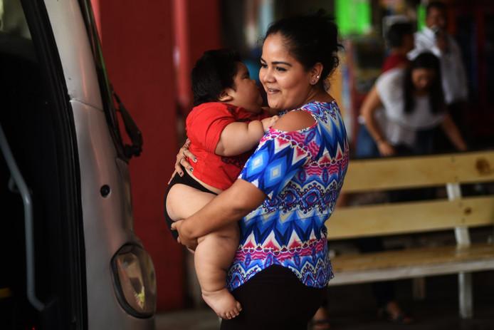 De 24-jarige Isabel Pantoja heeft steeds meer moeite om haar baby op te tillen.
