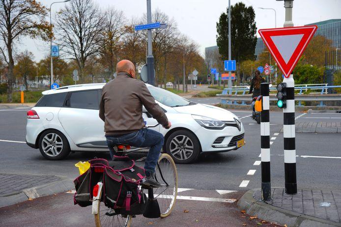 Het kruispunt op de Nieuwe Vlissingseweg: licht op groen voor fietsers, maar toch een auto?
