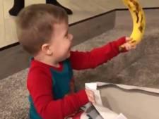 Peuter dolblij met simpel kerstcadeau: een banaan