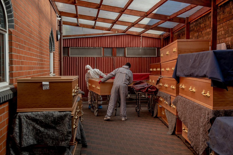 Een garage van een moskee in Birmingham doet dienst als tijdelijke opslagplaats van lijkkisten voordat ze naar het mortuarium worden gebracht.