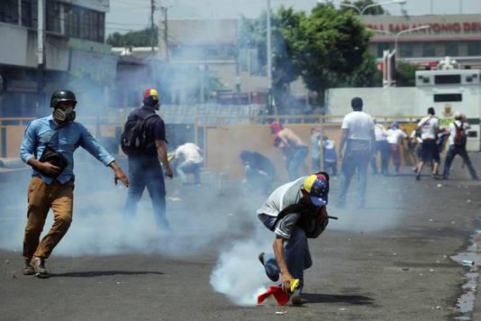 Veiligheidstroepen zetten traangas in tegen betogers.