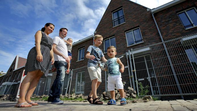 Peter Oskamp met zijn gezin voor zijn nieuwe huis aan de Oranjelaan, dat over enige tijd wordt opgeleverd. Zijn appartement in het centrum was binnen drie weken verkocht