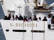 177 geredde migranten mogen in Italië niet van kustwachtschip af