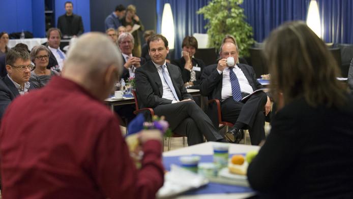 Minister van Sociale Zaken en Werkgelegenheid Lodewijk Asscher kijkt in het Amphia ziekenhuis in Breda naar een theaterstuk over pesten op de werkvloer tijdens de aftrap voor de landelijke campagne.