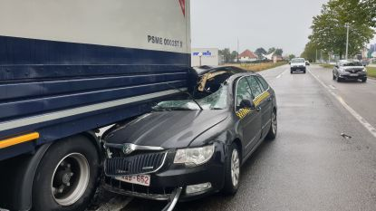 Taxichauffeur (26) gewond na spectaculair ongeval
