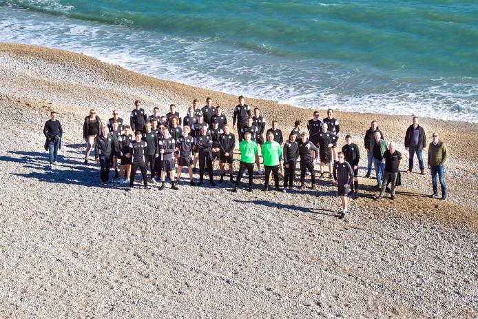 Het eerste en tweede team van Be Fair op het strand van het Spaanse Albir.