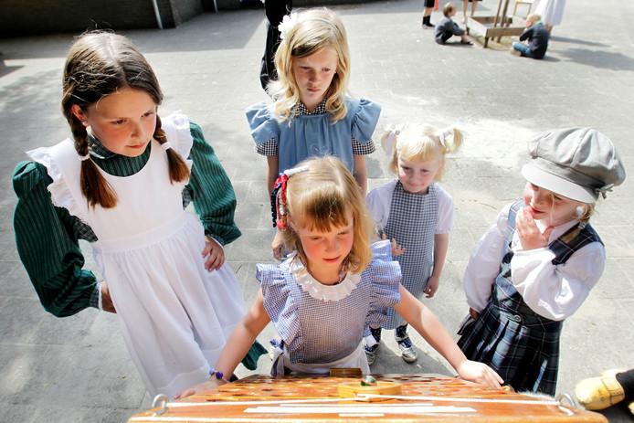 In 2013 vierde CNS Balkbrug het eeuwfeest. De kinderen deden in Ot en Sienkleding spelletjes op het schoolplein.