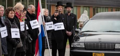Actievoerders Oostvaardersplassen parkeren lijkwagen voor provinciehuis