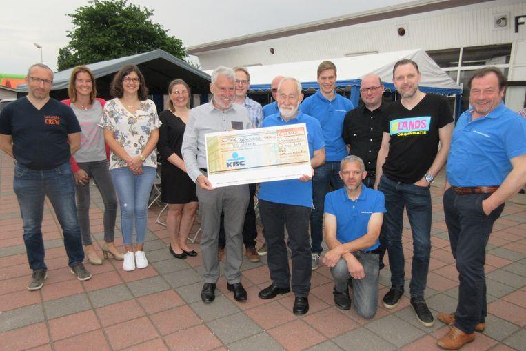 De KWB van Schoonderbuken schenkt 1.500 euro aan het ALS Laeversfonds.