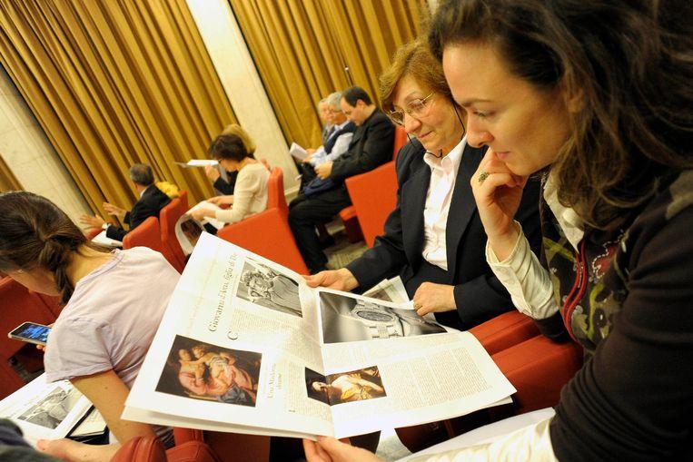 Vrouwen met een editie van L'Osservatore Romano, waarvan 'Donne Chiesa Mondo' sinds 2012 deel uitmaakt.
