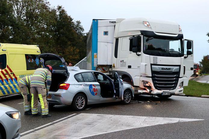 De vrachtwagenchauffeur had de lesauto voorrang moeten verlenen bij de oprit van de A6 bij Emmeloord.