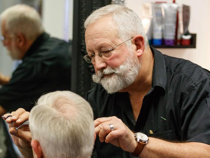 Kapper Ad Maas knipt een van zijn laatste klanten in Zevenbergen.
