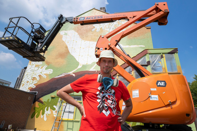 Kunstenaar Joep van Gassel bij de muurschildering in de Waalwijkse Mozartlaan.