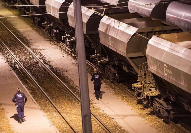 Veiligheidsagenten inspecteren het Eurotunnel-treindepot in de buurt van Calais.