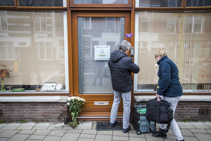 Verzegeling op de voordeur van de yogastudio aan de Neptunusstraat na de vondst van een dode vrouw.