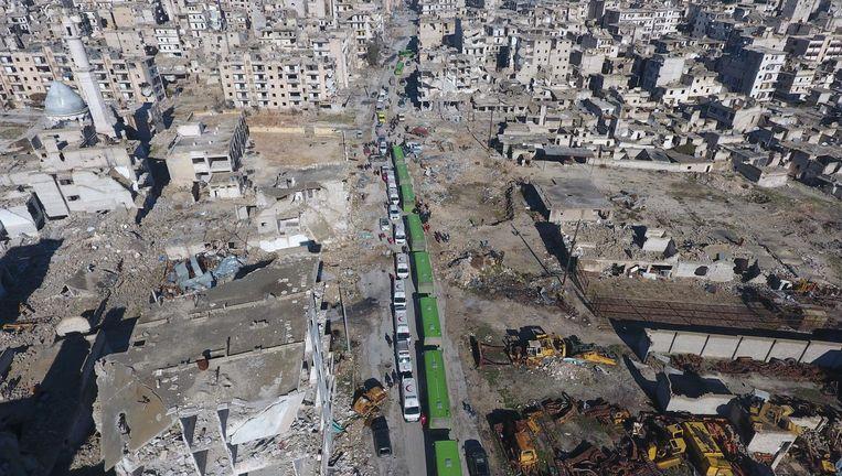 Een konvooi rijdt Aleppo binnen. Beeld getty