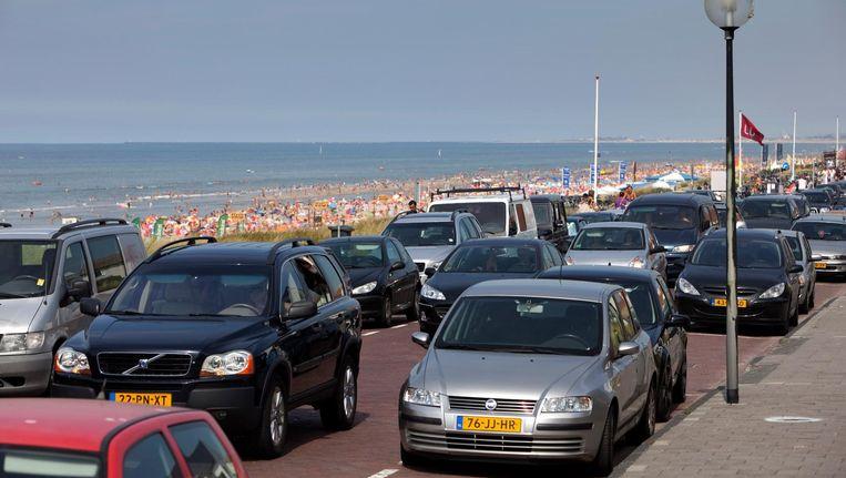 Autos zoeken een parkeerplek in Zandvoort Beeld anp