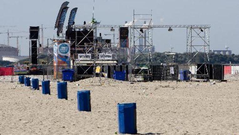 De politie vraagt alle bezoekers van het strandfeest in Hoek van Holland, afgelopen zaterdagavond, hun beeldmateriaal in te leveren. Foto ANP Beeld