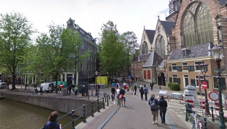 De Oudezijds Voorburgwal en het Oudekerksplein. Foto Google Streetview Beeld