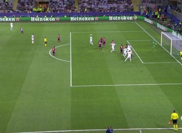Ramos werkt de 1-1 binnen, maar het beeld hierboven toont dat hij -nipt- buitenspel stond als Bale de vrije trap van Kroos doorkopt.